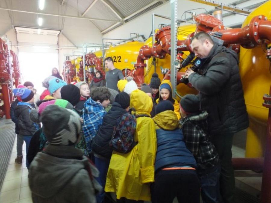 Dzieci zwiedzają Stację Uzdatniania Wody