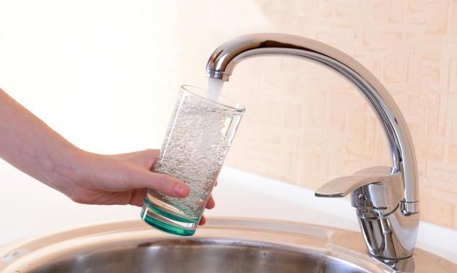 zdjęcie szklanki napełnianej wodą z kranu
