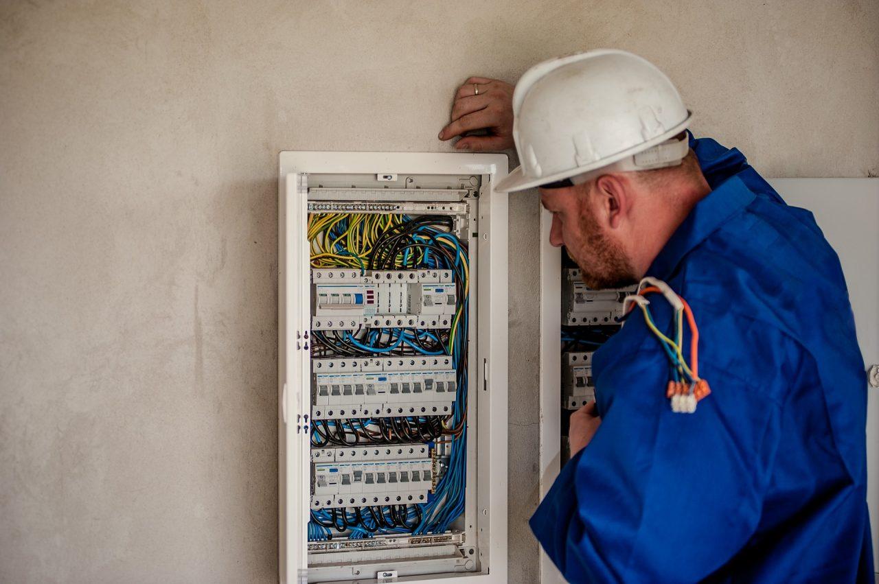 zdjęcie elektryka w pracy