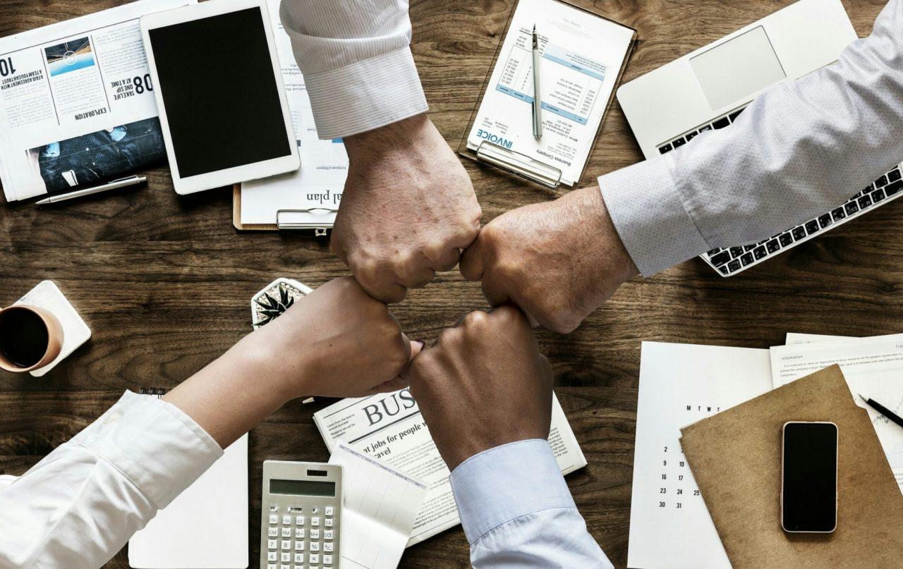 zdjęcie rąk nad biurkiem