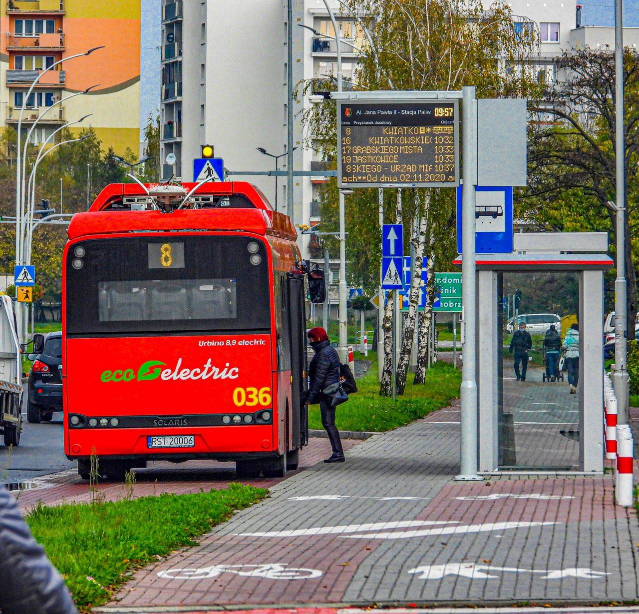 zdjęcie autobusu na przystanku